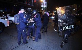 La police arrêtant un manifestant qui proteste contre le gouvernement thaïlandais, à Bangkok le 28 février 2021.