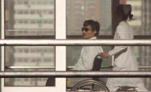 La Chine a garanti la sécurité de Chen Guangcheng, qui va rester dans son pays après son départ de l'ambassade des Etats-Unis, a annoncé mercredi un responsable américain, mais des proches du militant des droits civiques ont estimé que ce départ avait eu lieu sous la menace