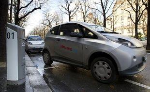 Des Autolib à Paris, dans le 15e arrondissement, le 4 décembre 2012.