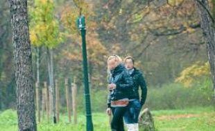 Hier, début d'après-midi, deux jeunes Roumaines sur l'allée de Longchamp.