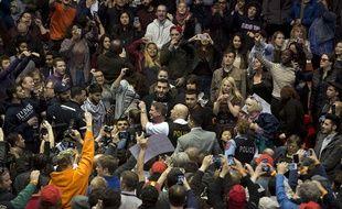 Partisans et opposants de Donald Trump s'affrontent à Chicago le 11 mars 2016.