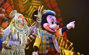 Rafiki et Mickey dans le spectacle «Mickey et le Magicien»