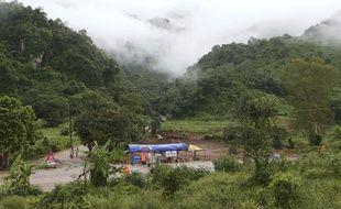 Les secours sont placés à proximité de l'entrée de la grotte en Thaïlande, le 10 juillet.