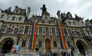 La mairie de Paris aux couleurs des drapeaux américain et de la communauté LGBT, le 13 juin 2016 (Illustration).