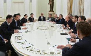 Le président Vladimir Poutine (d) en réunion avec le Premier ministre chinois Li Keqiang (2e g) au Kremlin à Moscou le 14 octobre 2014