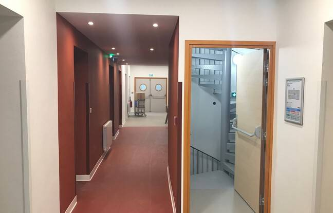Au premier étage, huit chambres sont accessibles, six simples et deux doubles.