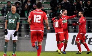 Kévin Monnet-Paquet (à gauche) et les Stéphanois ont reçu une énorme claque face à Dijon (3-6), mercredi en 16es de finale de Coupe de France. JEAN-PHILIPPE KSIAZEK