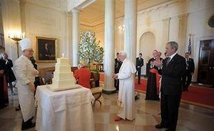 """Accueilli avec les honneurs militaires, Benoît XVI, qui fêtait mercredi son 81e anniversaire a assisté en souriant à la parade offerte par des soldats en uniforme de la guerre d'indépendance et s'est franchement déridé en écoutant la fanfare jouer """"Happy Birthday to you""""."""