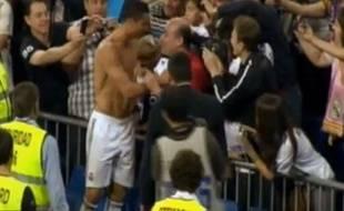 Capture d'écran, Cristiano Ronaldo offre son maillot à un supporter le 10 mai 2011.