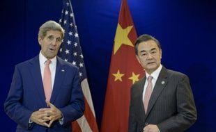 Le Secrétaire d'Etat américain John Kerry et son homologue chinois Wang Yi lors d'un entretien le  5 août 2015 à Kuala Lumpur