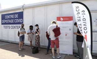 Un centre de dépistage du Covid-19 à proximité du festival de Cannes.