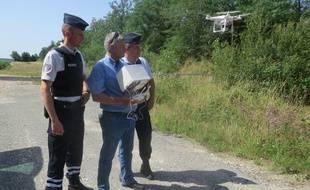 Un pilote de la préfecture contrôle le drone tandis qu'un agent assermenté observe les éventuelles infractions.