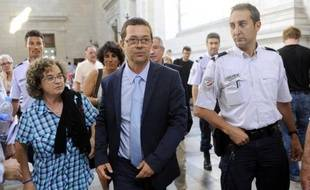 L'ancien urgentiste Nicolas Bonnemaison (c) arrive au tribunal de Pau le 12 juin 2014