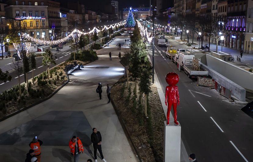 Toulouse : Un « Homme à la tête de pomme » prend ses quartiers sur les ramblas (en toute légalité)