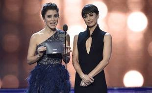 Shiri Appleby, left, and Constance Zimmer present the award for best movie made for television or limited series at the 22nd annual Critics' Choice Awards at the Barker Hangar on Sunday, Dec. 11, 2016, in Santa Monica, Calif. (Photo by Chris Pizzello/Invision/AP)/INVW/16347179324692/121116118208, 21334631,/1612120611