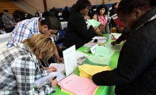 Le gouvernement américain a annoncé vendredi que le chômage avait continué de baisser aux Etats-Unis en avril, en dépit d'embauches en théorie insuffisantes et moindres pour le troisième mois d'affilée.