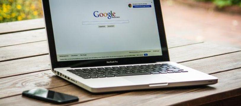 Ordinateur portable ouvert sur la barre de recherche Google