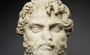 Sculpture en marbre de la tête de l'empereur Septime Sévère datant du début du IIIe siècle après J.-C., originaire de Markouna (Algérie).