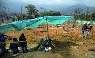 Un archéologue sur un site où ont été découvertes des tombes vieilles de plus de 2.000 ans à Itaguï, en Colombie, le 2 juin 2016.