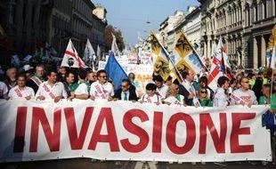Des milliers de partisans de la Ligue du Nord, parti régionaliste et anti-immigrés, manifestent le 18 octobre 2014 à Milan pour exiger la fin de l'opération de secours des migrants en Méditerranée