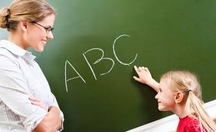 Illustration d'une enseignante faisant classe en primaire.