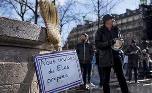 Un balai et des casseroles, place de la République à Paris, le 5 mars 2017.