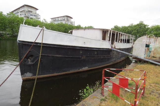 Le bateau Le Remorqueur avant son transfert à Rezé.