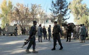 Des policiers afghans près du site d'une attaque suicide talibane contre une agence de la Banque de Kaboul Bank à Lashkar Gah, capitale de la province du Helmand, le 17 décembre 2014