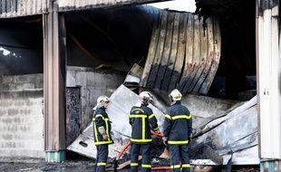Grenoble, le 21 septembre 2017. Les pompiers ont mis trois heures pour maîtriser l'incendie qui a été provoqudéclenché dans le garage de la gendarmerie de Grenoble.   JEAN-PIERRE CLATOT / AFP