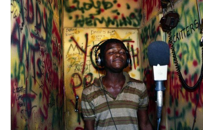 Le chanteur de Youth Promotion, Satan, dans un studio d'enregistrement improvisé, disquaire L&M, 1987