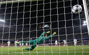 Le 5e but barcelonais inscrit par Neymar sur penalty, lors de Barça-PSG (6-1), le 8 mars 2017.
