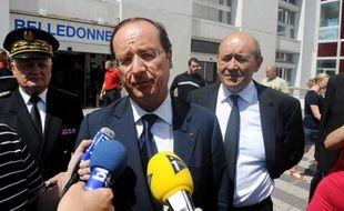 François Hollande, le 11 août 2012, devant l'hôpital de Grenoble.