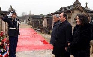 François Hollande (c) entre les enfants de François Mitterrand Gilbert Mitterrand et Mazarine Pingeot devant la tombe de l'ancien président à Jarnac, le 8 janvier 2016