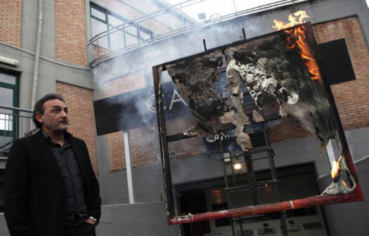 Antonio Manfredi, le directeur du Musée d'art contemporain de Casoria, devant l'œuvre détruite de l'artiste Séverine Bourguignon, le 17 avril 2012.    – ROBERTA BASILE / AFP