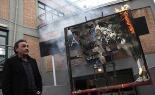 Antonio Manfredi, le directeur du Musée d'art contemporain de Casoria, devant l'œuvre détruite de l'artiste Séverine Bourguignon, le 17 avril 2012.