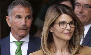 L'actrice Lori Loughlin et son mari Mossimo Giannulli (gauche) à la sortie du tribunal, le 3 avril 2019 à Boston.