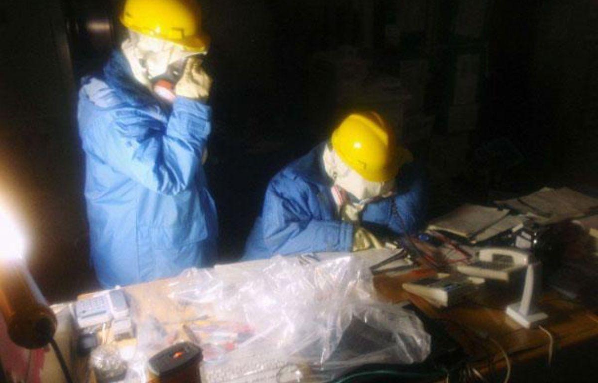 Des employés de Tepco travaillent dans la centrale nucléaire de Fukushima, au Japon, le 23 mars 2011. – NEWSCOM/SIPA