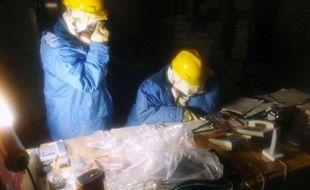 Des employés de Tepco travaillent dans la centrale nucléaire de Fukushima, au Japon, le 23 mars 2011.