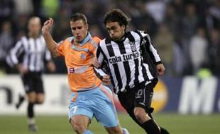 Besiktas' Matias Delgado (R) dribbles with the ball past Benoit Cheyrou of Olympique Marseille during their Champions League Group A soccer match at Inonu Stadium in Istanbul, November 28, 2007. REUTERS/Fatih Saribas (TURKEY)