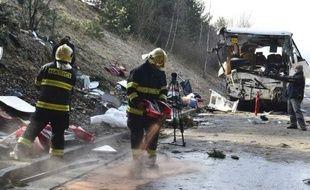 Dix-sept élèves, rescapés de l'accident de car dans lequel une jeune fille a été tuée et 41 personnes blessées lundi en République tchèque, ont atteri mardi à 00H35 à l'aéroport de Vatry (Marne) avant de retrouver leur famille.