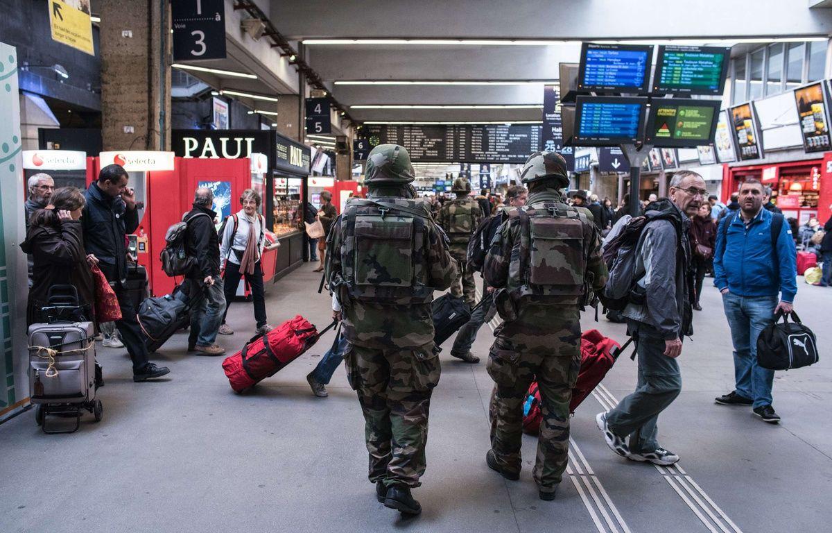 Patrouille de soldats à la gare Montparnasse, le samedi 14 novembre 2015, au lendemain des attentats à Paris. – Kamil Zihnioglu/AP/SIPA