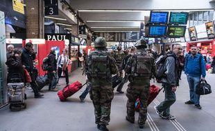 Patrouille de soldats à la gare Montparnasse, le samedi 14 novembre 2015, au lendemain des attentats à Paris.