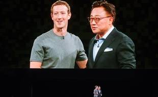Mark Zuckerberg (Facebook) et DJ Koh (Samsung), à la conférence Samsung, à Barcelone, le 21 février 2016.