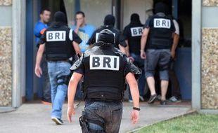 Les forces spéciales de la BRI en opération, le 26 juin 2015 à Saint-Priest, près de Lyon