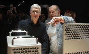 Le designer en chef d'Apple, Jony Ive, aux côtés de Tim Cook, le 3 juin 2019.