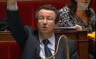 Le député socialiste Christian Paul demande la parole lors d'un débat à l'Assemblée sur la loi «Création et Internet» le 12 mars 2009