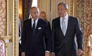 Le ministre français des AE Laurent Fabius (g) et son homologue russe Sergei Lavrov avant une rencontre diplomatique sur l'Ukraine à Paris, le 24 février 2015