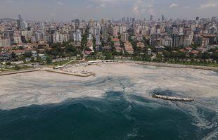 Une photo aérienne de la mer au bord du Caddebostan, dans la partie asiatique d'Istanbul, le lundi 7 juin 2021, en Turquie.
