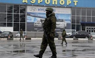 """L'Ukraine a accusé la Russie """"d'invasion armée et d'occupation"""" après la prise de contrôle dans la nuit de deux aéroports de Crimée par des hommes en armes, alors que le président déchu Viktor Ianoukovitch doit s'exprimer plus tard vendredi."""