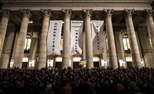 """Des bannières sur lesquelles sont écrit """"Humanité"""", """"Respect"""" et """"Diversité"""" sont accrochées sur la façade de l'opéra de Munich lors d'une manifestation contre le Pegida, mouvement anti-islam, le 22 décembre 2014"""